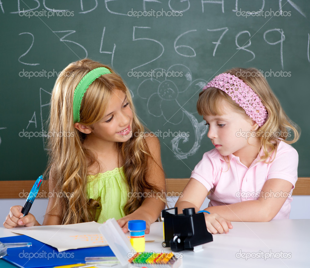 Kids students in classroom helping each other at school desk — Stock Photo #6219021