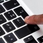 preto dedo digitando no teclado do computador — Foto Stock