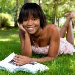 Retratos al aire libre de joven negra leyendo un libro — Foto de Stock
