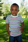 Söt liten amerikansk pojke spelar — Stockfoto