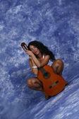 Flicka med gitarr — Stockfoto