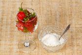 Die vase mit eis und glas mit roten erdbeere — Stockfoto