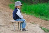 Giovane ragazzo seduto sulla sedia — Foto Stock