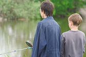 Mother and son catch the fish — Stock Photo