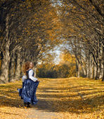 Girl dressed in a retro-style run on the autumn alley — Stock Photo