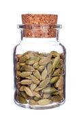 Glasflasche, die voll von cardomom isoliert auf weiss — Stockfoto