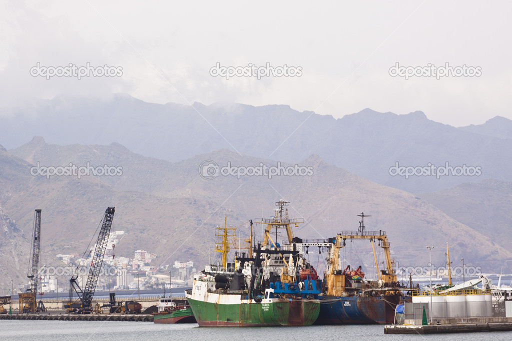 A shot of a shipping port with a ship loading or unloading shipment — Stock Photo #5848296