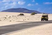 吉普车在沙漠中ην έρημο — 图库照片
