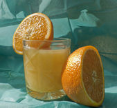 Sliced ​​orange and juice — Stock Photo