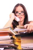 Stressad kvinna i telefonen sitter vid skrivbordet överbelastning — Stockfoto