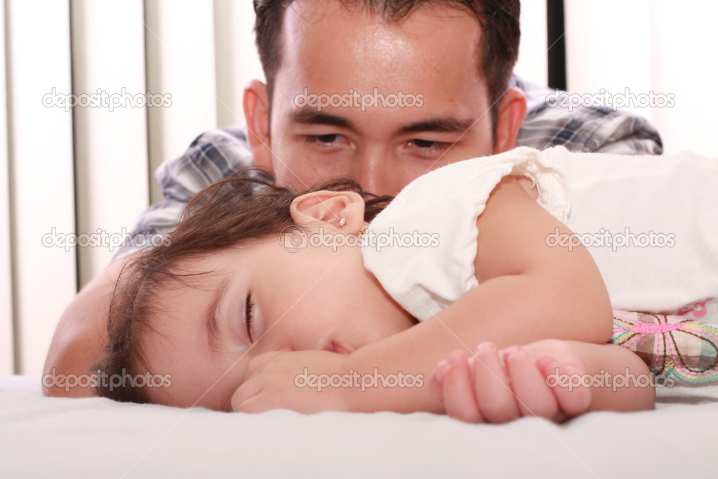 Father watch his beautiful baby while she sleeps — Stock Photo #5671132