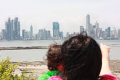 Mother shows her daughter a beautiful view over the city — Stock Photo