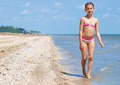 Garota muito linda feliz correndo na praia — Fotografia Stock