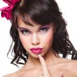 hermosa chica con el pelo oscuro usando cinta rosa satinada en blanco — Foto de Stock