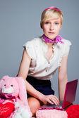 Hermosa chica rubia con rosa portátiles — Foto de Stock