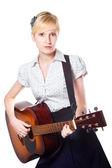 Giovane donna a suonare la chitarra su bianco isolato — Foto Stock