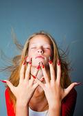 Meisje met gesloten ogen en modieuze ontwerp van nagels — Stockfoto