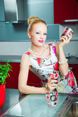 Blond meisje met bril in interieur van keuken — Stockfoto