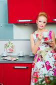 金髪の女性とキッチンのインテリアにコーヒー 1 杯 — ストック写真