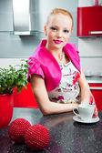 Rubia en el interior de la cocina moderna red — Foto de Stock