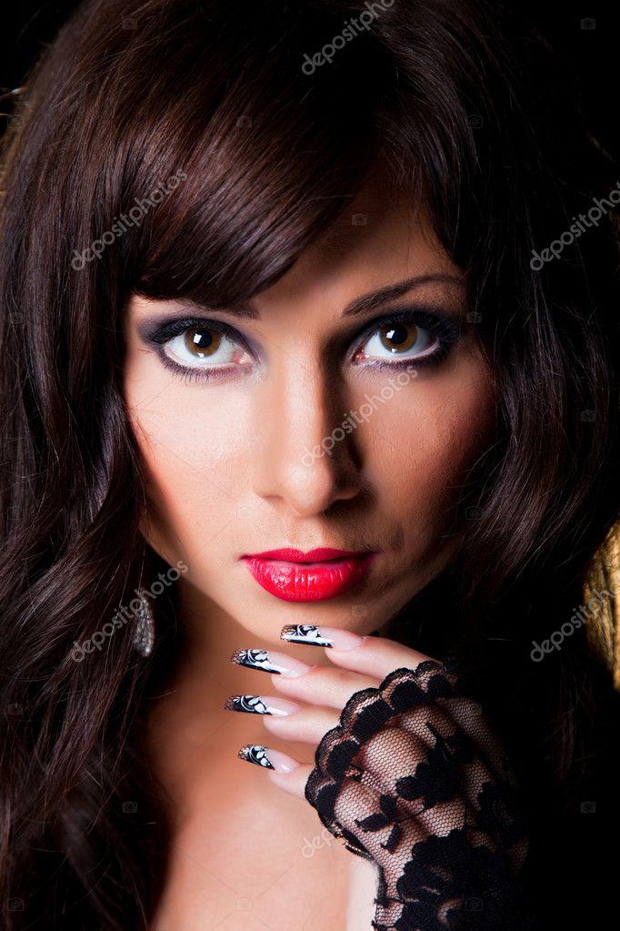 美术花边修指甲上黑色的漂亮黑发女孩