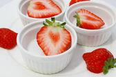Skär jordgubbar — Stockfoto