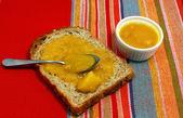 Pedazo de pan con mermelada deliciosa — Foto de Stock
