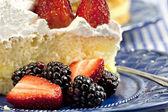 ケーキ イチゴとブラックベリー — ストック写真