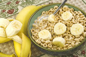 Toasted Oat Cereal with Sliced Bananas — Stock Photo