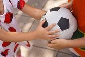 儿童拿球 — 图库照片