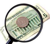 деньги под увеличительным стеклом — Стоковое фото