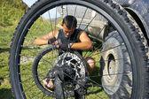 Bisiklet tekerleği tamir — Stok fotoğraf