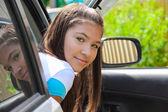 Schöne mädchen im auto auf der straße — Stockfoto