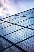 Cam ve çelik, gökyüzünün yansıması ile — Stok fotoğraf
