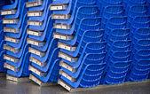 Agglomerato ordinato di sedili di plastica blu — Foto Stock