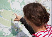 Hiker looking map — Stock Photo