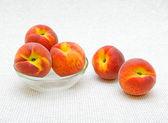 5 つの熟した桃 — ストック写真