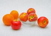 成熟水果静物。苹果、 桃、 橘子. — 图库照片