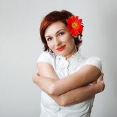 Krásná žena s květiny gerbera proti bílému pozadí — Stock fotografie