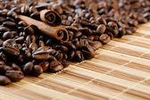 Puñado aromático café con canela — Foto de Stock