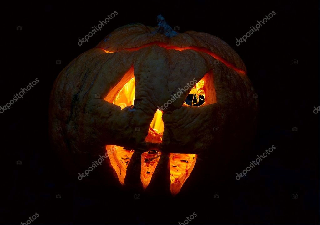 Halloween's pumpkin at night with a fire inside — Stock Photo #5579574