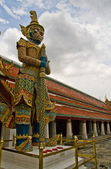 Giant Statues, at the Wat pha Kaew temple — Stock Photo
