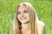 Schöne mädchen auf natur feld hintergrund lächelnd — Stockfoto