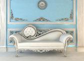 Sofá de lujo con lámpara en el interior de la magnificencia — Foto de Stock