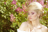 Emotional Girl with blond hair style on the nature. Pink makeup — Stock fotografie