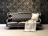 Iç dekorasyon duvar kağıdı ile deri kanepe — Stok fotoğraf