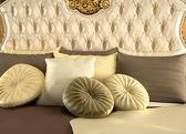 Deluxe tył łóżka i poduszki. royal i luksusowe — Zdjęcie stockowe