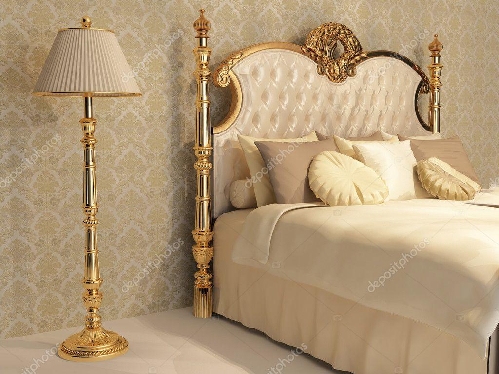 Luxe bed met gouden frame en standaard lamp in koninklijke ...