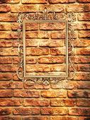 Vazia moldura dourada na parede de tijolo — Fotografia Stock