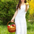 Beautyful woman present apples.Go to you on the Nature — Stock Photo